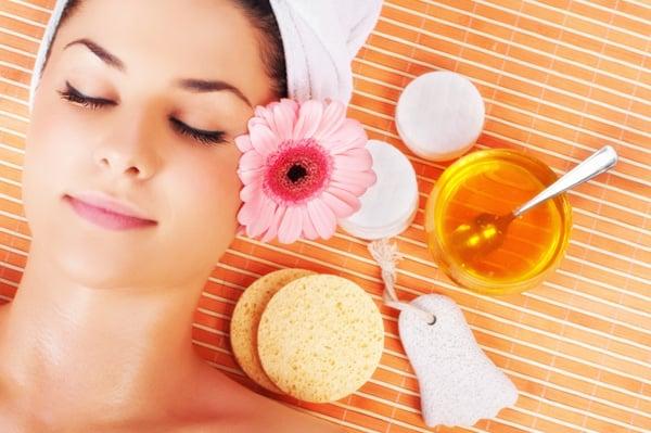 woman-enjoying-spa-treatment-with-honey_b7yt69